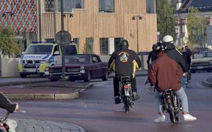 En polispatrull på plats i samband med torsdagens mopedcruising. Då liksom under resten av helgen har det varit lugnt och polis ens insatser får beröm av cruisingdeltagarna.