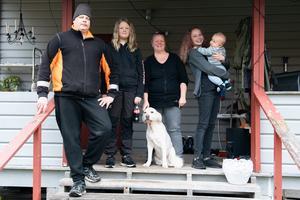Jonas Reinikainen och Caroline Sandström flyttade för snart två år sedan med döttrarna Nomi och Felicia och hunden Molly till Norråker. Sedan dess har lillebror Ville kommit till världen.