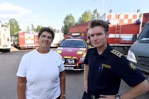 Landshövding Ylva Thörn och räddningsledare Johan Szymanski vid ett möte i Särna.