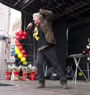 Rolf Lassgård eldade på massorna.