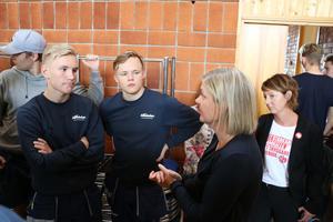 Alexander Ingebretsen och Viktor Toivanen från bygg- och anläggningsprogrammet ställer frågor till finansminister Magdalena Andersson. Även riksdagsledamot Matilda Ernkrans var med i diskussionen.