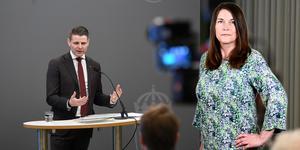 Ordförande Niklas Karlsson (S) talar under en pressträff i samband med att Kommunutredningen överlämnar sitt slutbetänkande till civilminister Lena Micko. Foto: Ali Lorestani