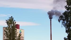 Det kommer svart rök när SCA Östrand eldar med olja. Läsarbild: Marcus Molinder