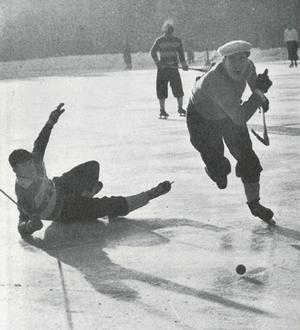 Brobergs största stjärna under 1940-talet. Nestorn och kaptenen Ingvar Wasberg trycker sig förbi en motståndare.