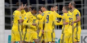 Alexander Isak klappas om efter sitt 0–2-mål.