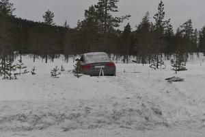 Den misstänkte rattfylleristen missade korsningen och mejade ner en stor vägskylt innan det tog stopp en bra bit ut i djupsnön.