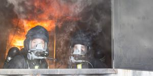 """Felicia Wesslen Hedqvist från Ytterhogdal och Sophie Lanner från Vemdalen tränar på att släcka en brand. """"Jag vill hjälpa de som jag kan kan hjälpa. Det här är ett sätt att bidra"""" säger Sophie."""