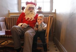 Moltas Mortensen, 2,5 år, slår sig ner en stund hos tomten.
