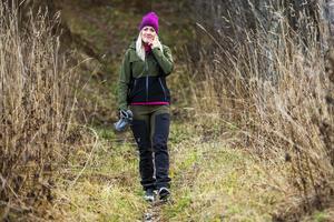 Josefin försöker att träna genom att promenera i skogen.