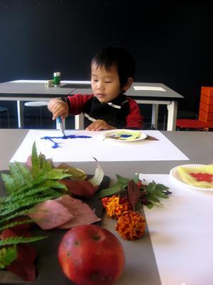 Koncentration på hög nivå! Ryan, mitt barnbarn, målar  på Konstmuseets barnverksamhet. Roligt!!!