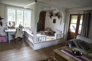 I eko-café-huset i Rörshyttan hade paret upphöjda sittplatser. Det är numera sålt, men idén tog de med sig hem till vardagsrummet.