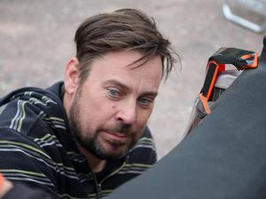 Mattias Karlsson är pappa till Jonatan. Han skjutsar, skruvar och finns alltid med i bakgrunden.