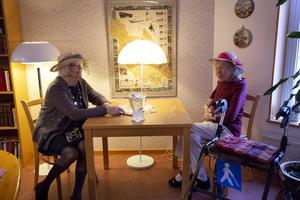Maj Friberg och Sonja Domar hade letat fram sina teaterhattar.