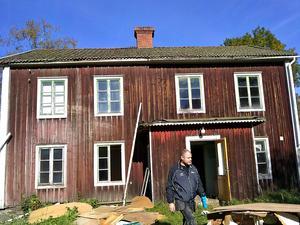 Så här såg huset ut när familjen Söderberg/Vestberg tog över den gamla släktgården i Nolby.  Sedan dess har det hänt mycket. Fasad, tak, fönster – allt utom timmerstommen och trapphuset har gjorts om.