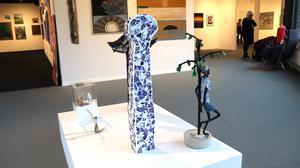 Den öppna julsalongen på konsthallen förra året blev en succé och många fler besökare fick upp ögonen för de fina lokalerna. Det var ett utmärkt sätt att visa vägen till konsthallen för de som inte redan har hittat dit, skriver Anita Hillgren Grandert.
