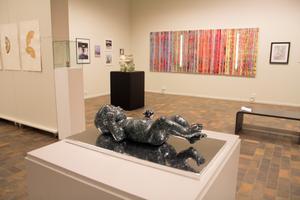 Utställningen är bra hängd, i den stora salen för tillfälliga utställningar på länsmuseet. I förgrunden Maria Lewis