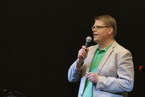 Anders Wigelsbo höll tala när den nya sporthallen invigdes på Lärkan.