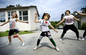 Emilia Hautamäki, Ronja Rönnmark och Laura Kwiek från Atti Crew övar inför dansuppvisningen.