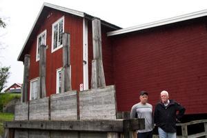 Stefan Åkerlund och Pelle Hasselberg är frustrerade över Nordanstigs kommuns överklagande av Vade kraftverks lagligförklaring.