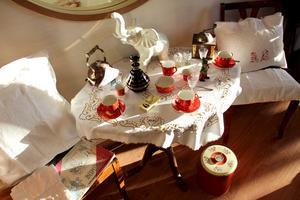 Kafffehörnan med prickiga koppar från Gefle Porslin och duk broderad för hand.