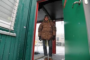 Per Nordahl, som är projektledare för hela Musikhjälpen, har klättrat in genom baksidans ingång till glasburen.
