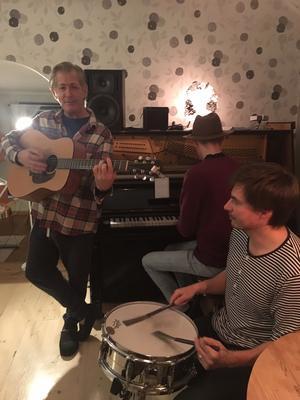 Doug Seegers och trummisen Simon Wilhelmsson. I bakgrunden Rasmus Fors vid pianot.