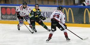 Anton Grenholm jagar runt i den första perioden.
