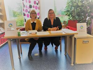 Sara Tjärnås och Camilla Mehlqvist hjälper till med förtidsröstningen på biblioteket i Sveg.