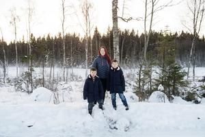 Hanna Oskarsson tillsammans med sönerna Albert och Alvar.