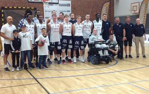 Hannu Pikki, längst fram i rullstolen, tillsammans med sitt favoritgäng, Köping Stars.