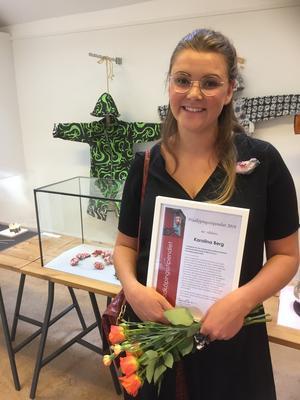Karolina Berg fick pris för sitt arbete med aluminium. Foto: Konstfrämjandet Bergslagen.