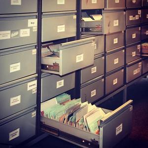 Kartoteket i Stasihögkvarteret. Skolor, sjukhus, idrottsföreningar, banker - alla var skyldiga att rapportera till Stasi.