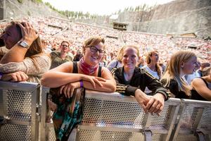 Lisa Nyström och Johanna Nyström stod längst fram vid  kravallstaketet och inväntade GES.