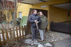 Kristin Söderberg och Emely Wallin är oroade över att det kan skada deras barn att det när som helst hotar att falla betongbitar från loftgångarna eller balkongerna.