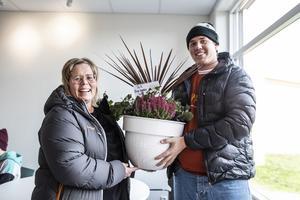 Kicki och Jesper Wickman från Bergs IK passade på att räcka över ett blomsterarrangemang till kommunalrådet som tack.