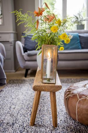 Äldre möbler blandas med moderna.