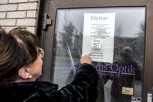 På dörren in till den gamla affärslokalen sitter lapparna om en temporär flytt kvar. Först anges Krokoms Optik vara tillbaka 31 oktober 2018. Nästa lapp säger mars 2019.