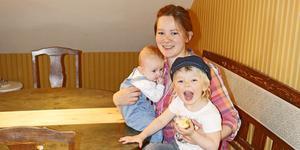 Kajsa med barnen Agda och Majken trivs i den gamla radbyn Fiskinge.