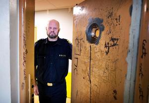 Kommissarie Lars Jansson vid en av polisens fylleceller. Arkivbild 2018.