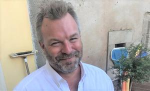 Tom Barth, 44, bor i byn Puissalicon, 25 minuter från Medelhavet. Har ett hus på Laggarudden i Ludvika och en sommarstuga i Dröverka. Han jobbar med bygg och renovering runtom Languedoc. Drev tidigare Nordiska kaminer och byggnadsvård i Ludvika. Hemma i Ludvika bor fortfarande barnen: Victor, 25 och Elin, 22.