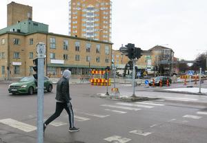 Eftersom många cyklar och går längs Kopparbergsvägen och Cityringen kan många bilister tvingas stanna vid passagerna, menar Anna Östholm (L). Den här passagen på Kopparbergsvägen, norr om korsningen, ska dock tas bort.