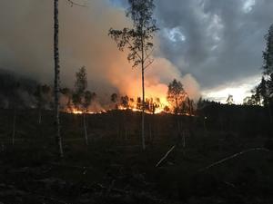 Branden har spridit sig rejält i Pålsgård. Foto: Räddningstjänsten