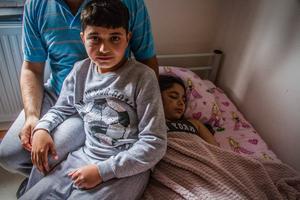 Familjen kom till Sverige år 2010, till Ljusne. De är yazidier; en förföljd folkgrupp i Mellanöstern utan eget land. Familjen bodde i Syrien, där de blev förtryckta och därför tvingades fly. Men det var också för att Bahars pappa hotade mörda henne efter att hon utsatts för en våldtäkt, säger de. Hon hade vanärat familjens namn, menade han.