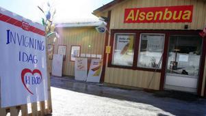 Bror och Kerstin Grönlund är något av Alsens hjältar sedan paret blåst liv i lanthandeln igen.Alsenbua nyinvigdes i lördags.Pensionären Siri Karlsson moppade butiksgolvet timmarna före invigningen. Foto: Matsåke Persson