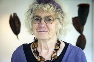 Karin Amnå-Lindberg vid sitt konstverk