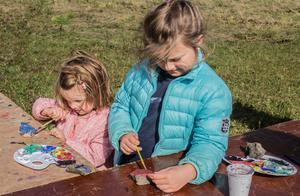 Kusinerna Julia och Emma Norgren målade stentroll som ska placeras ut längs löpspåren.