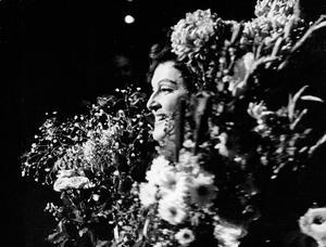 Birgit Nilsson omgiven av blomster efter hennes tolkning av Tosca på Operan, 1967.