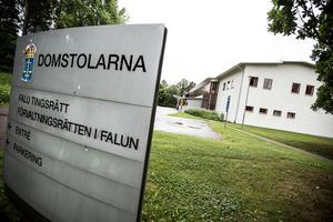 En tonårsflicka har åtalats vid Falu tingsrätt misstänkt för två fall av olaga hot. Hoten ska ha uttalats på en skola i Säter.