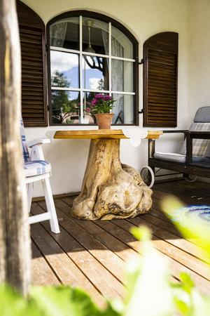 Av en björkrot hittad i skogen skapade Bernt ett bord som pryder altanen.