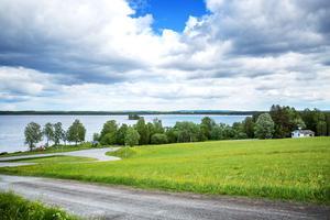 Anna förlorade tvisten med Strömsunds kommun. Det var inget lagbrott att låta Attacus Trähus få köpa fastigheten skriver förvaltningsrätten i sin dom.